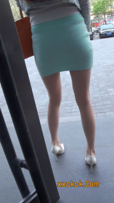街拍短裙白富美,气质绝佳十分性感迷人10