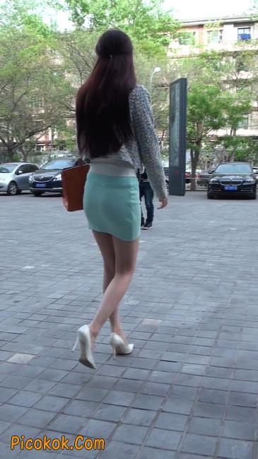 街拍短裙白富美,气质绝佳十分性感迷人14