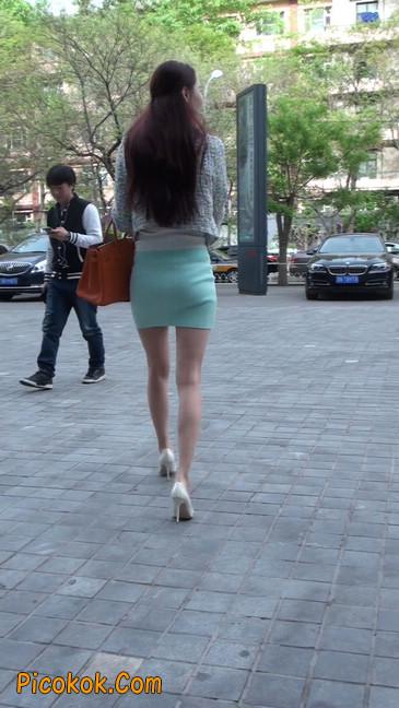街拍短裙白富美,气质绝佳十分性感迷人18