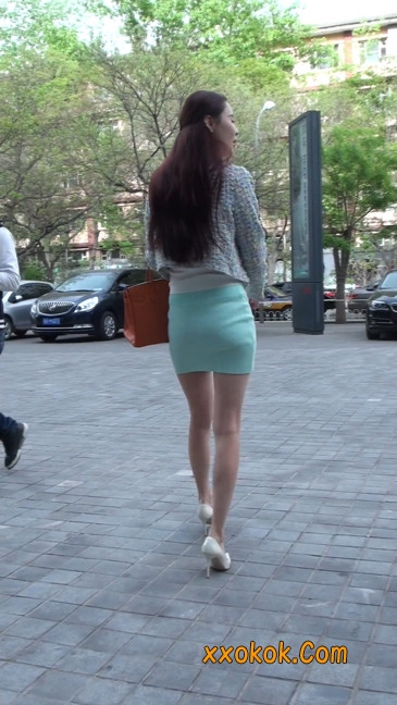 街拍短裙白富美,气质绝佳十分性感迷人20