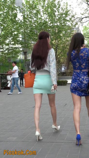 街拍短裙白富美,气质绝佳十分性感迷人50