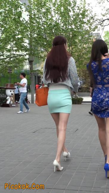 街拍短裙白富美,气质绝佳十分性感迷人52