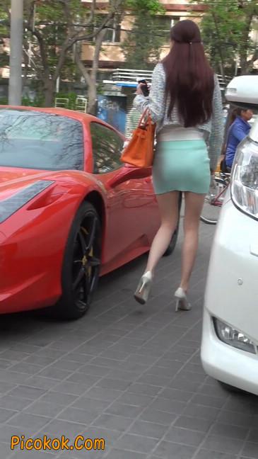 街拍短裙白富美,气质绝佳十分性感迷人60