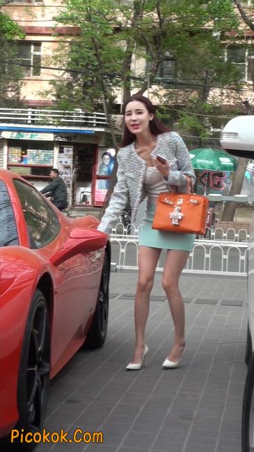 街拍短裙白富美,气质绝佳十分性感迷人64