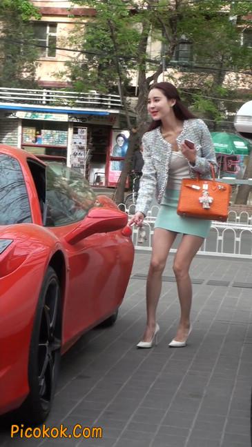 街拍短裙白富美,气质绝佳十分性感迷人65