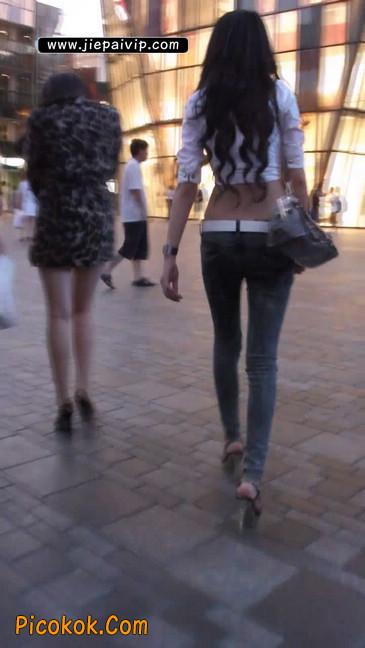 街拍穿牛仔裤的美女1
