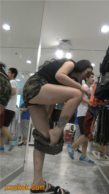 迷彩热裤肥臀纹身少妇买衣3