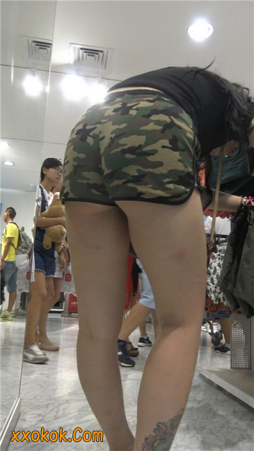 迷彩热裤肥臀纹身少妇买衣5