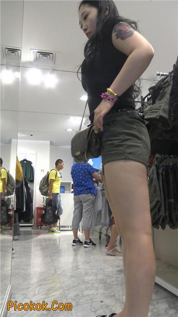 迷彩热裤肥臀纹身少妇买衣7