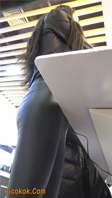 商场性感紧身皮裤高挑美女第一季4