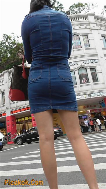 丰满紧身牛仔裙少妇