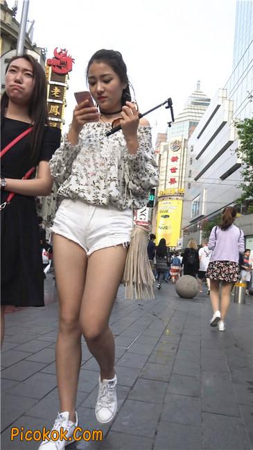 这个白色热裤小少妇你喜欢吗
