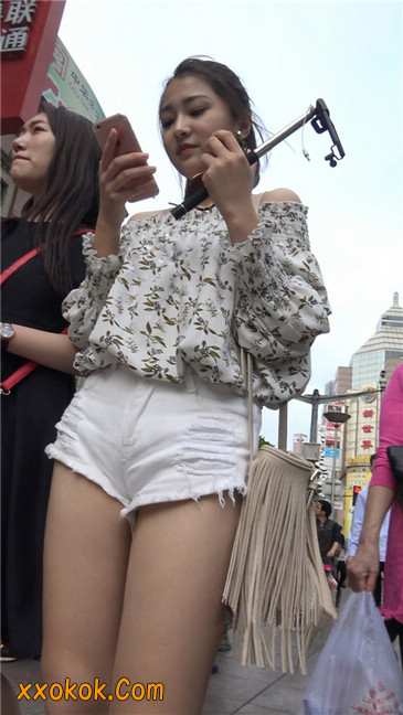 这个白色热裤小少妇你喜欢吗1
