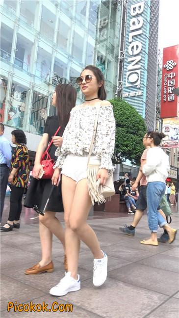 这个白色热裤小少妇你喜欢吗3