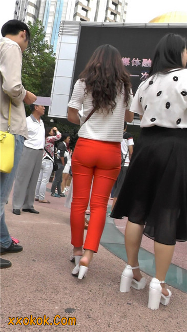 发传单的紧身红裤轻熟女6
