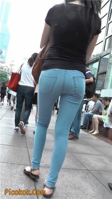 紧身浅蓝薄牛仔翘臀少妇3