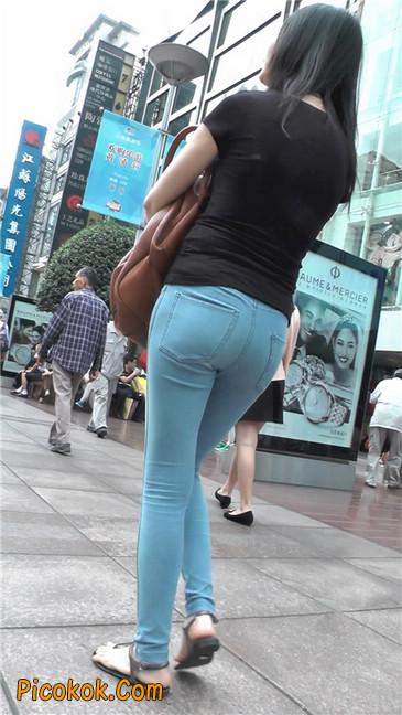 紧身浅蓝薄牛仔翘臀少妇5