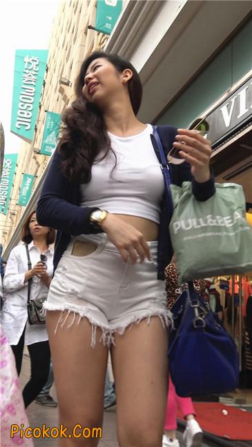 性感韵味短白热裤波浪发美女