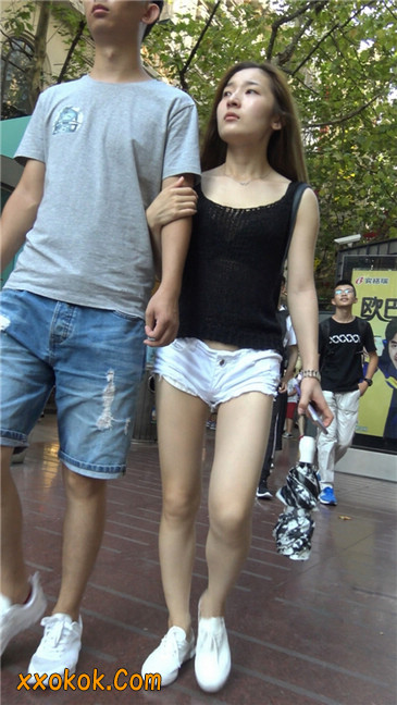 真担心妹子的短裤会掉下来~~1