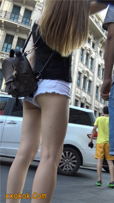 真担心妹子的短裤会掉下来~~5