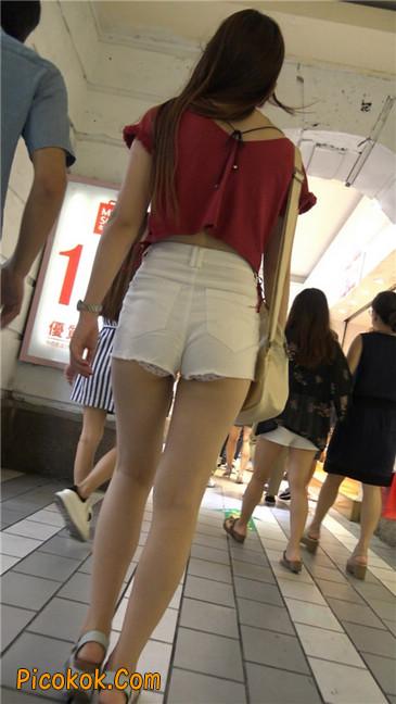 白色热裤露内宽臀长发少妇3