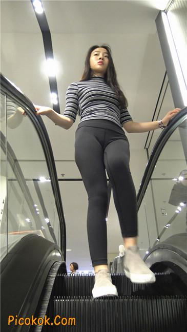 超极品轻盈紧身瑜伽裤翘臀美女试衣服1