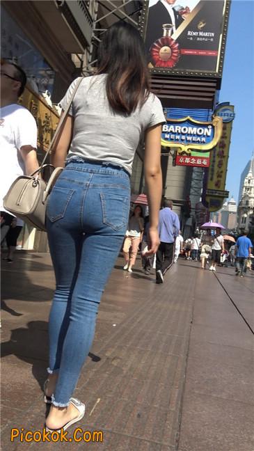 阳光下的紧身丰臀轻熟女4