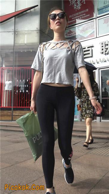 黑色耐克紧身裤墨镜美女