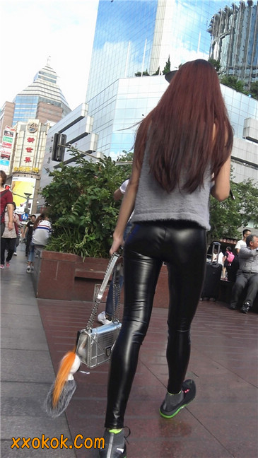 略显装逼的紧身皮裤墨镜美女