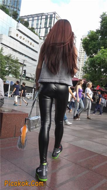 略显装逼的紧身皮裤墨镜美女1