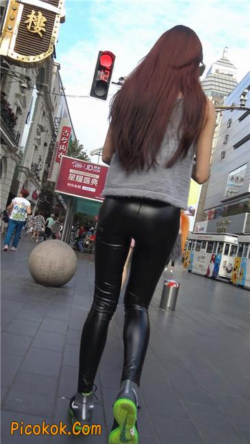 略显装逼的紧身皮裤墨镜美女4