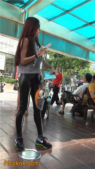 略显装逼的紧身皮裤墨镜美女7