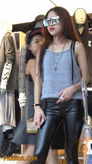 略显装逼的紧身皮裤墨镜美女9