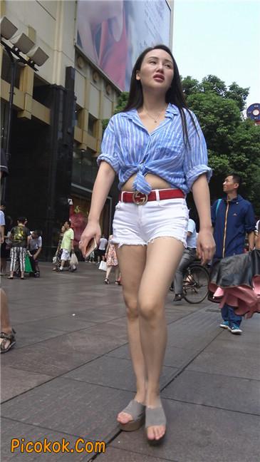 风情万种白色热裤露脐少妇