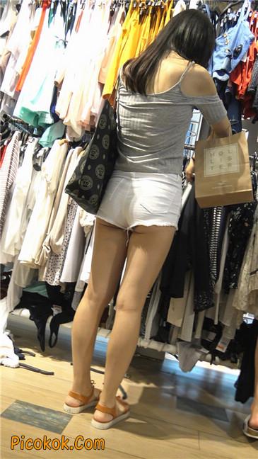 娇小的白色热裤小翘臀美女1