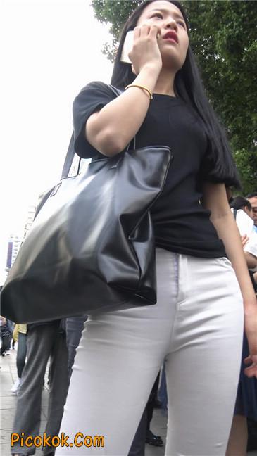 路边黑体恤紧身白裤美女1