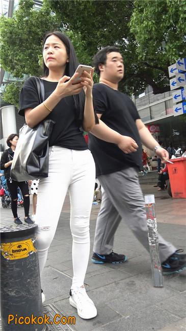 路边黑体恤紧身白裤美女2