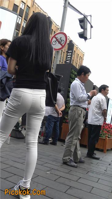 路边黑体恤紧身白裤美女3