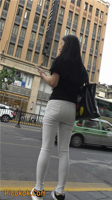 路边黑体恤紧身白裤美女6