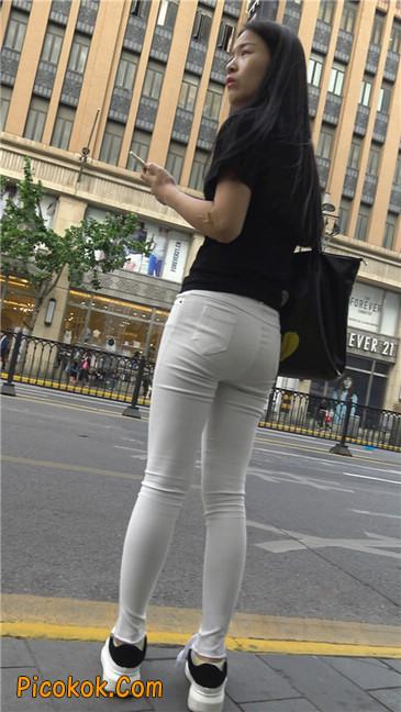 路边黑体恤紧身白裤美女7