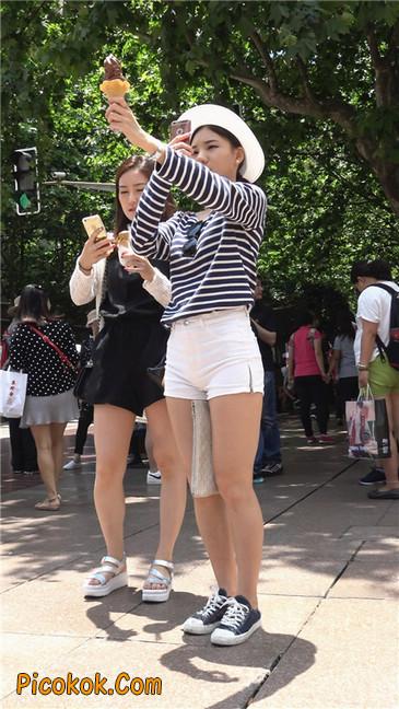 阳光下的白色热裤美臀少女