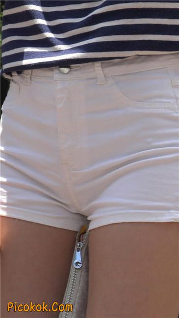 阳光下的白色热裤美臀少女4
