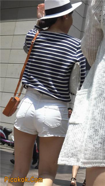 阳光下的白色热裤美臀少女7