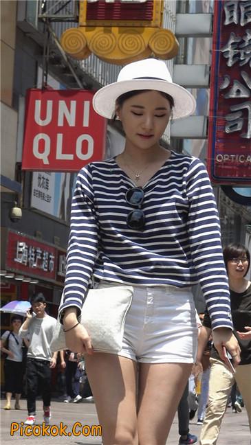 阳光下的白色热裤美臀少女11