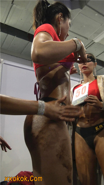 美臀比赛美女后台涂抹黑油第一季18