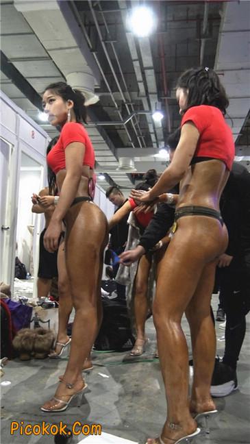 美臀比赛美女后台涂抹黑油第二季21