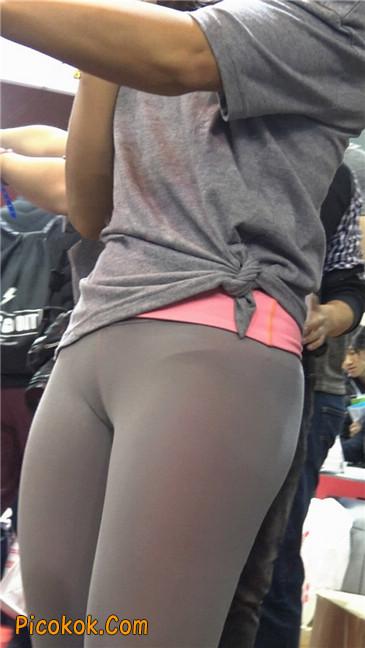极品包臀浅灰色紧身瑜伽裤内痕美女3