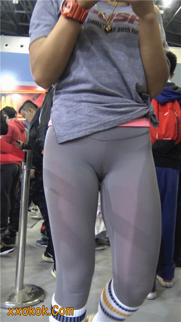 极品包臀浅灰色紧身瑜伽裤内痕美女5