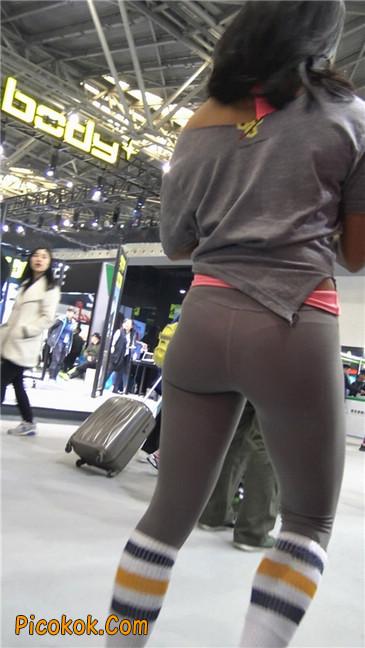 极品包臀浅灰色紧身瑜伽裤内痕美女7