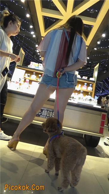牵小狗的肥臀女孩1